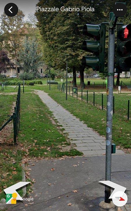 Foto 01 – Il sentiero di accesso a piazza Piola prima. Qui sotto si nota l'aspetto, la forma e i materiali di pavimentazione del sentiero di accesso all'area centrale di Piazza Piola, come era prima dell'intervento (immagine da Google)