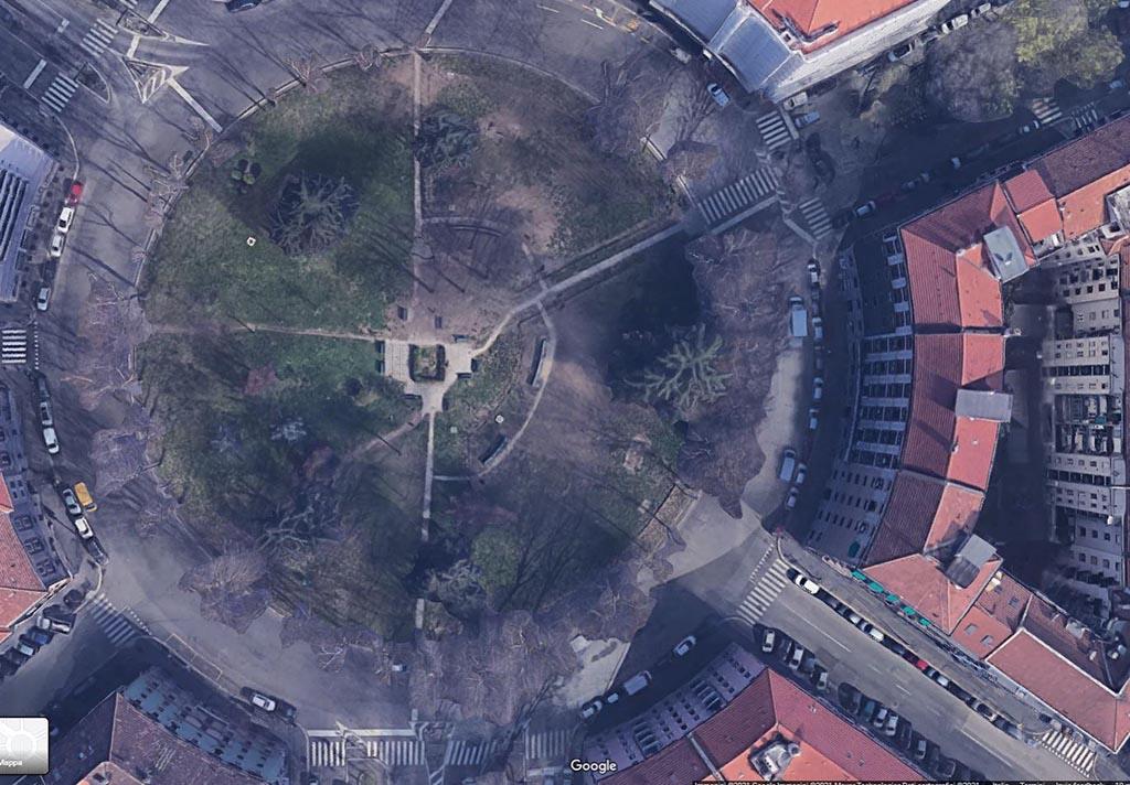 Foto 03 – Il centro di piazza Piola prima dell'intervento In questa immagine zenitale tratta da Google Earth si nota quanto fosse ridotta la quota di superficie non verde (ma con buona permeabilità) prima dell'intervento.
