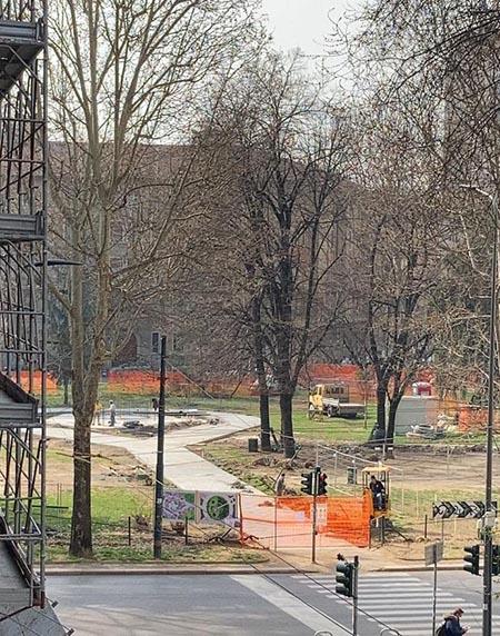 Foto 05 – Il cuore di cemento prende forma Così si presenta l'ex cuore verde di piazza Piola (foto scattata il 10.3 quando hanno anche aggiunto il layout di progetto, dopo la gettata)