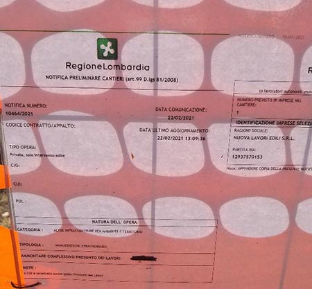 Foto 09 – Cartello di cantiere Dal foglio di cantiere affisso sulla recinzione a favore del pubblico purtroppo il costo delle opere non è visibile.
